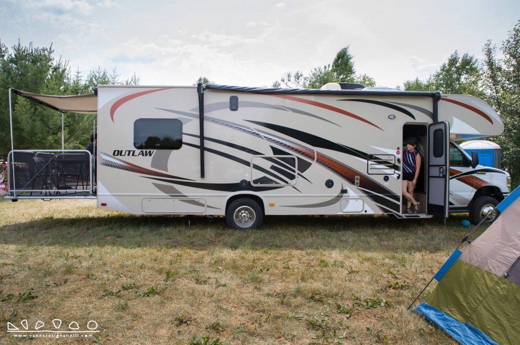 Vue extérieure de la caravane réaménagée de Near North Mobile Media Lab.