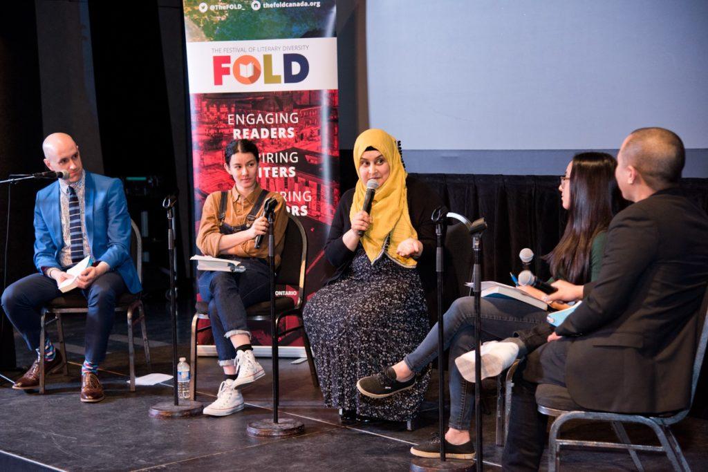 Discussion d'un groupe d'auteurs sur la scène du Festival de la diversité littéraire.