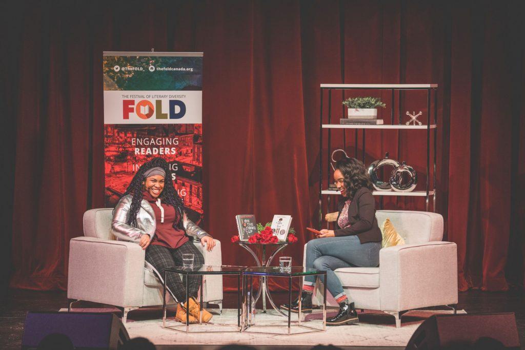 La romancière Angie Thomas (à gauche) interviewée sur scène pendant le Festival de la diversité littéraire.