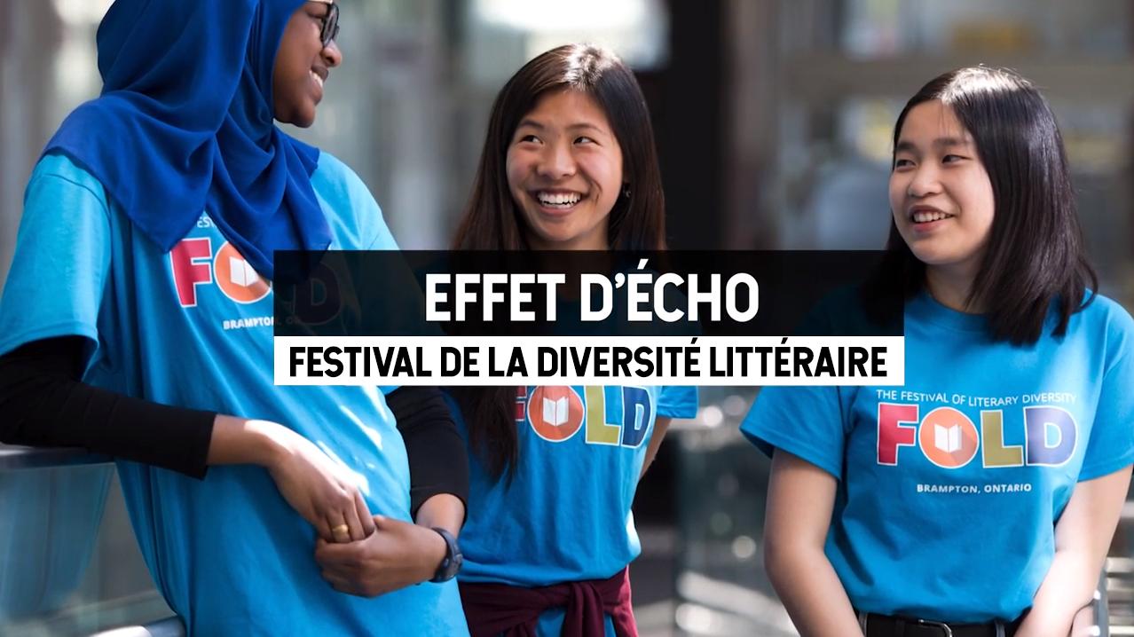 Trois bénévoles du Festival de la diversité littéraire vêtues de t-shirts siglés FOLD. Le texte superposé renvoie à l'article de la série « Effet d'écho » qui porte sur le festival.
